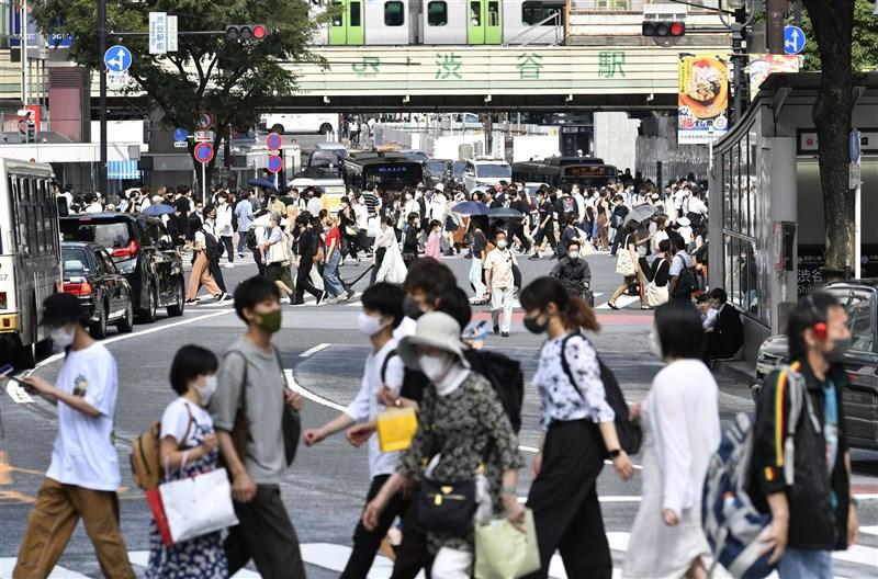 日本放送協會(NHK)報導,12日主要地點外出人潮跟前4週的週末日及國定假日平均值相比,普遍呈現成長趨勢。圖為11日澀谷街頭。(共同社)
