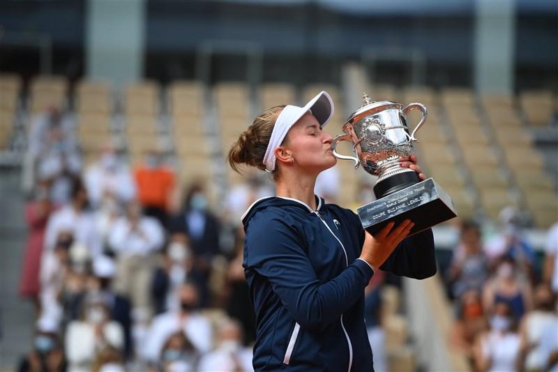 非種子選手捷克的卡雷茨科娃成為40年來首位摘下法網女單冠軍的捷克選手。(圖取自twitter.com/rolandgarros)