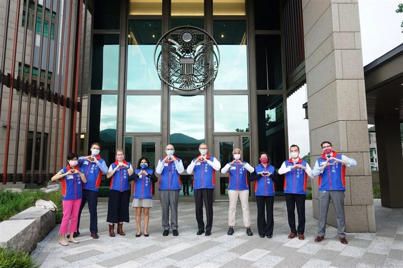 美國在台協會13日披露AIT經濟組團隊的合照,並強調榮幸促進與台灣長久以來的公共衛生合作,也榮幸將台灣視為全球衛生安全的夥伴。(圖取自facebook.com/AIT.Social.Media)