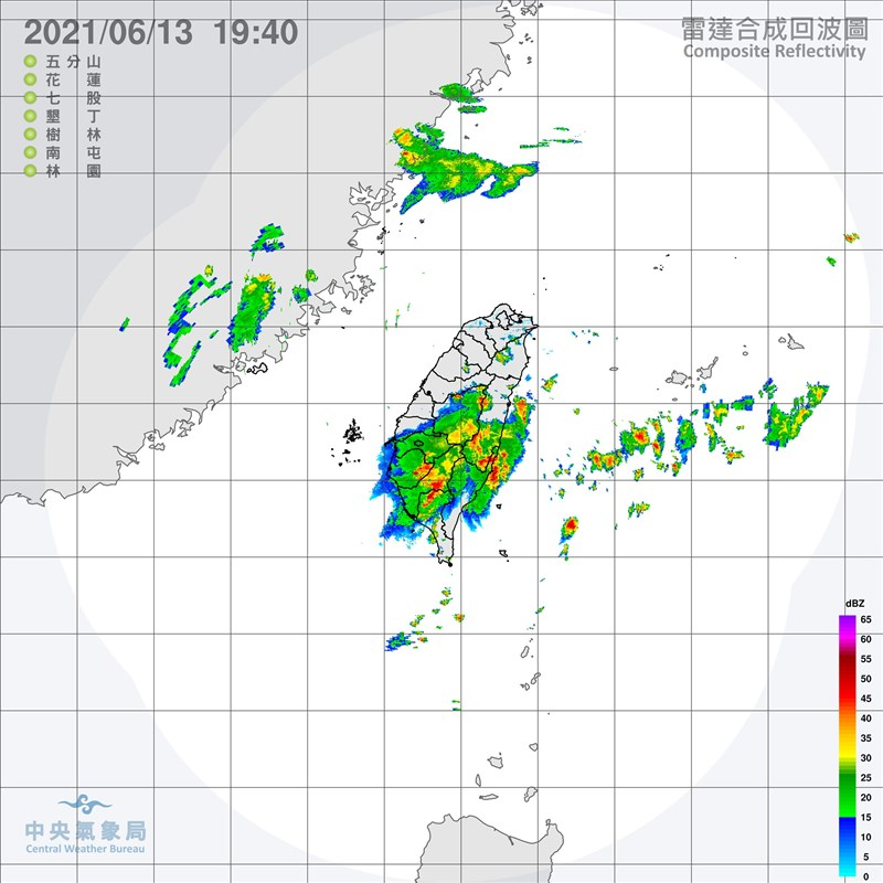 氣象局13日晚間表示,午後對流雲系發展旺盛易有短延時強降雨,針對嘉義縣、台南市及高雄市發布豪雨特報;台中等5縣市發布大雨特報。(圖取自中央氣象局網頁cwb.gov.tw)