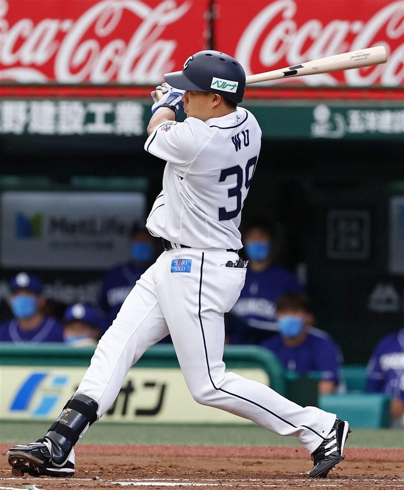旅日埼玉西武獅隊野手吳念庭本季打出不錯表現,12日首度扛4棒單場雙安、得點圈打擊率高達5成。(共同社)