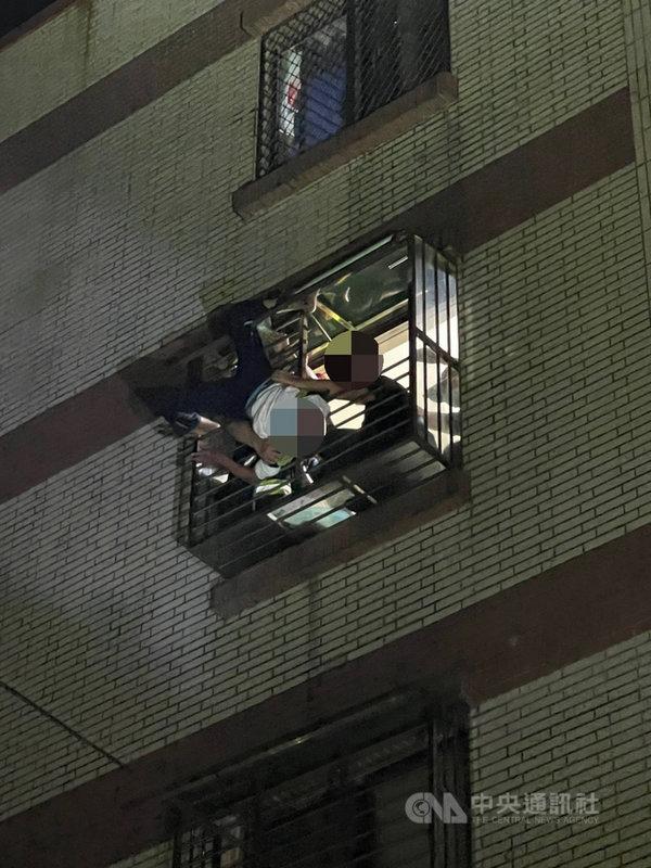 基隆市警方13日凌晨接獲通報,指新豐街某社區頂樓有民眾欲輕生,警方到場勸說時,男子因情緒激動不慎失足墜落,踏破遮雨棚頭下腳上「倒栽蔥」卡在4樓,幸警消及時救援將男子拉回送醫救治。(請珍惜生命。自殺防治專線(24小時):0800-788-995;生命線:1995 )(讀者提供)中央社記者王朝鈺傳真  110年6月13日
