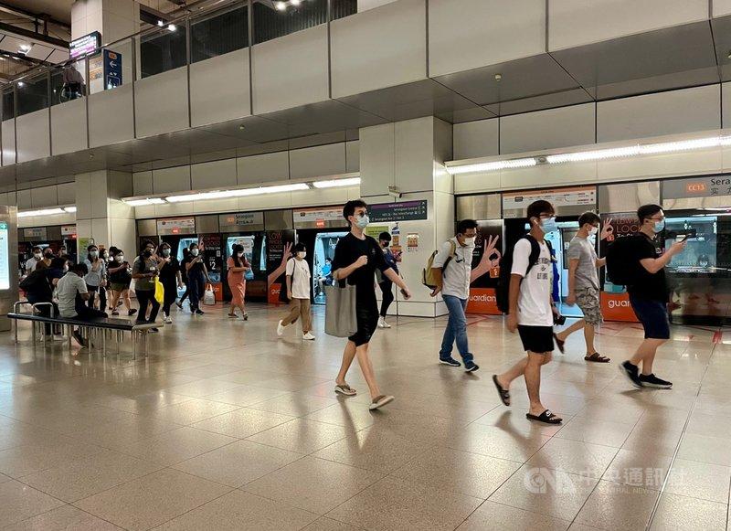 新加坡自14日起分2階段放寬防疫措施,新措施上路首日,新增19起本土病例,是一週多以來的最高紀錄。圖為新加坡實龍崗地鐵站的民眾。中央社記者侯姿瑩新加坡攝 110年6月14日