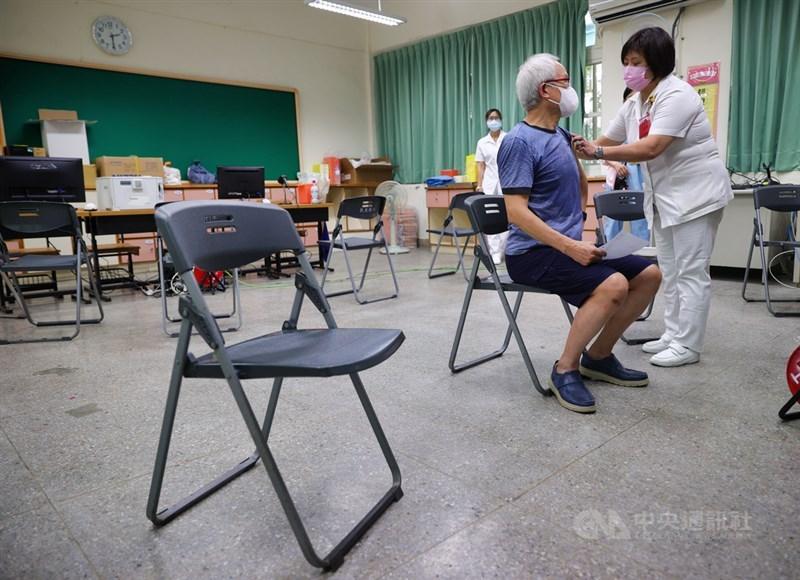 台北市85歲以上長者15日起可接種疫苗,截至14日下午已有超過3萬名長者線上預約。台北長庚醫院團隊14日模擬演練疫苗注射相關流程。中央社記者謝佳璋攝 110年6月14日