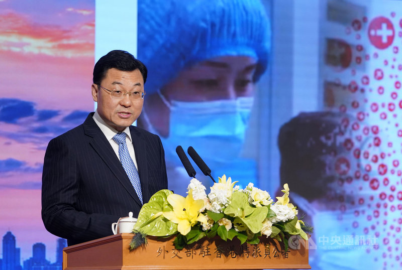 中國外交部副部長謝鋒12日在和多國駐中使節的談話中,聲稱多黨制度常囿於黨派利益和選舉考量,而無法解決貧窮或族群問題;作為「使命擔當黨」的中共則能克服弊病。圖為謝鋒2020年擔任外交部駐港公署特派員時,在記者會中發言。(中新社提供)中央社  110年6月14日