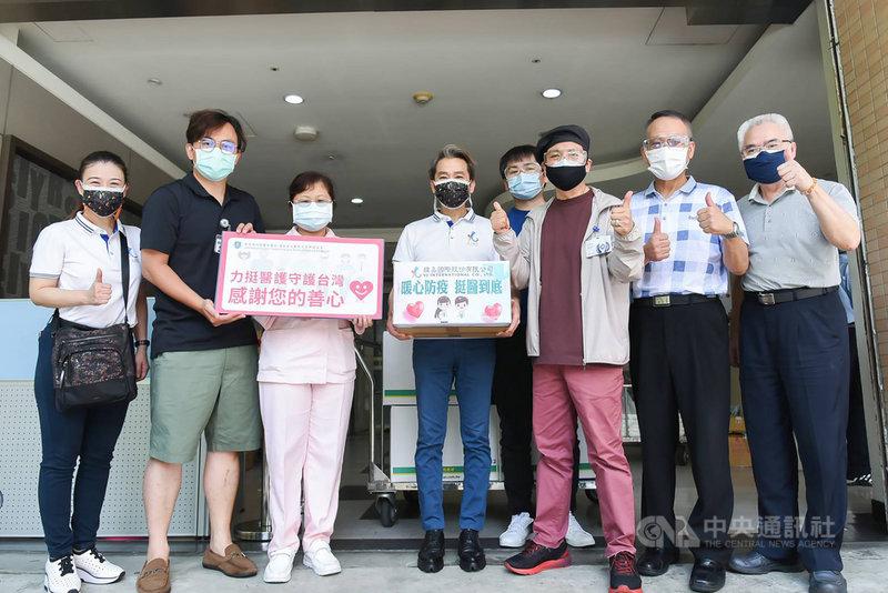 資深主持人陳凱倫(右3)14日與友人前往台北雙和醫院送愛心粥,盼替醫護人員打氣。(森動傳媒提供)中央社記者葉冠吟傳真 110年6月14日