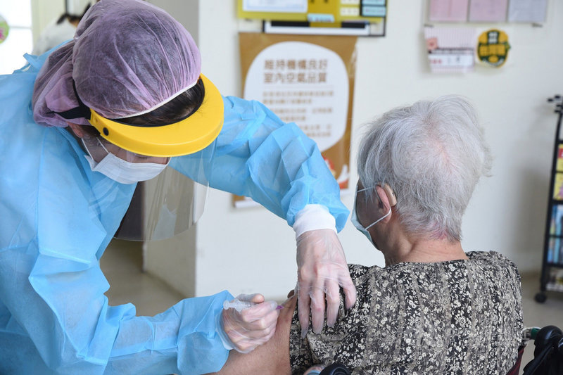 澎湖縣政府表示,縣內第5類「機構、社福照顧系統人員及其受照顧者與洗腎患者」計有1505人,14日率先由所轄衛生所專人前往四季常照、惠民護理之家等機構內工作者及住民接種疫苗,提升保護力。(澎湖縣政府提供)中央社  110年6月14日