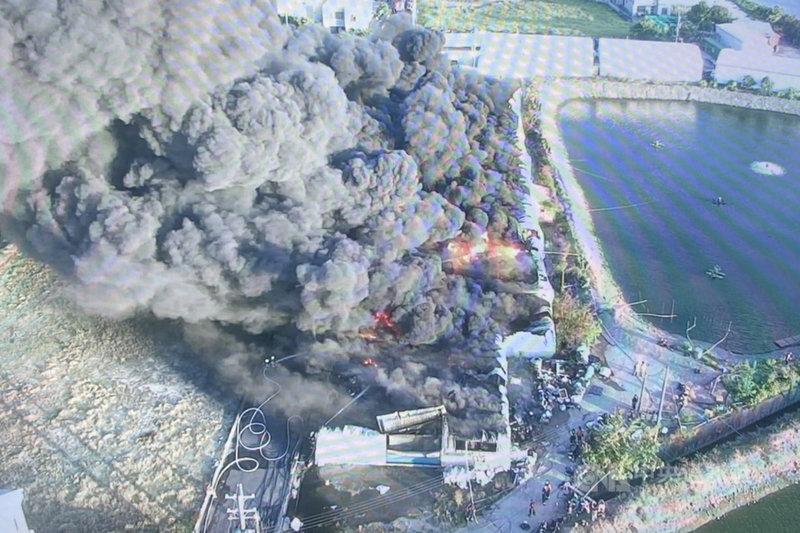 台南市消防局14日下午4時左右接獲報案指稱,在仁德區三甲一街一處鐵皮建物倉庫發生火警,因倉庫內疑似堆放大量塑膠物品,大量濃煙竄入天際並隨風飄散。圖為火警現場空拍畫面。(讀者提供)中央社記者楊思瑞台南傳真  110年6月14日
