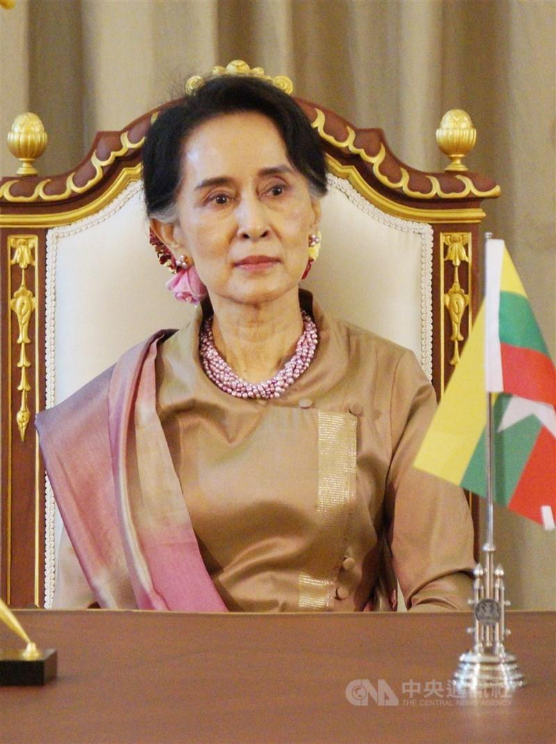 緬甸民選政府領袖翁山蘇姬遭軍方奪權後被控多項罪名,法院14日起開始審理,她的律師預期第一場審判會持續到7月底。(中央社檔案照片)