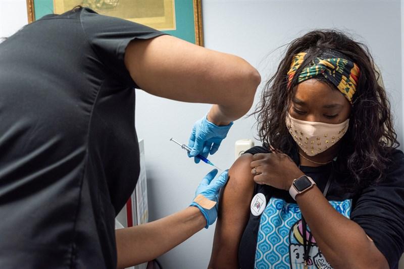 生技公司諾瓦瓦克斯在美國進行大規模研究後於14日表示,旗下COVID-19疫苗的防護力超過9成,對變異病毒株也有效。(圖取自twitter.com/novavax)