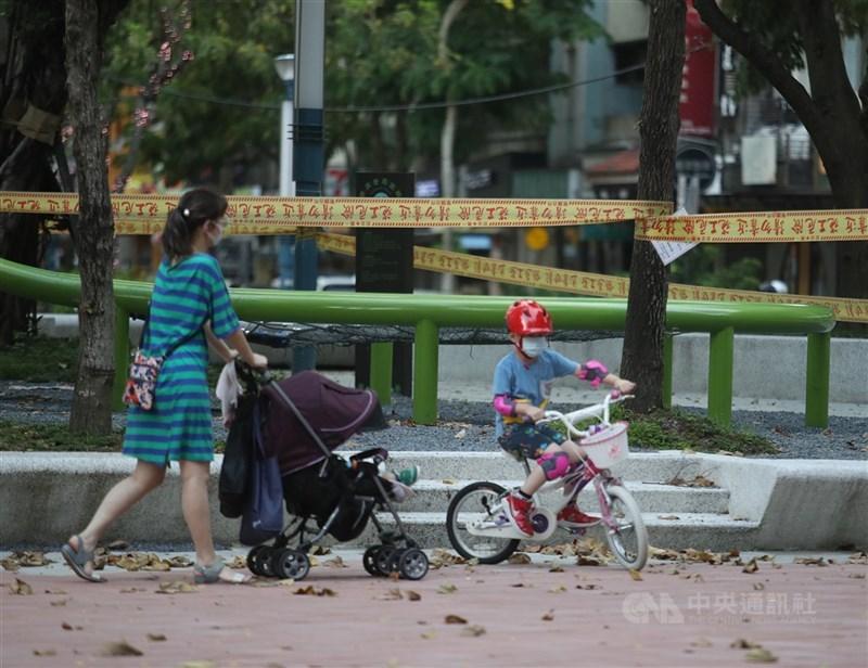 中央流行疫情指揮中心宣布,13日國內新增174個本土病例、1例境外移入,是單日本土病例近一個月來首次在200例以內。圖為13日週末午後,有家長帶著小朋友在未封鎖區域活動放風。中央社記者張新偉攝 110年6月13日