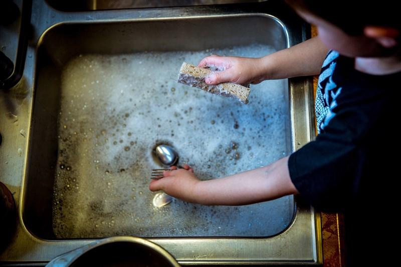 居家上班的父母和居家學習的孩子天天長時間相處。日本教養研究者加藤紀子建議家長不妨開始練習,讓孩子成為家庭的一份戰力。(圖取自Pixabay圖庫)