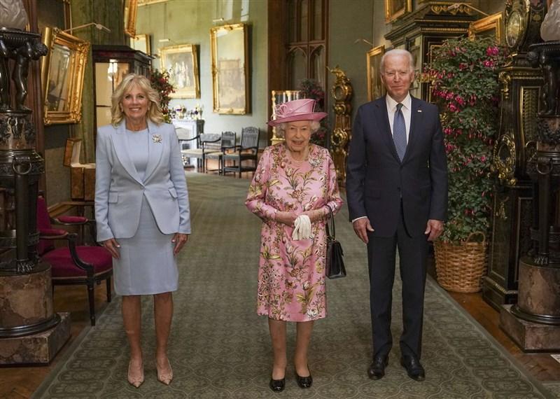 美國總統拜登(右)偕同妻子吉兒(左)13日在溫莎城堡與英國女王伊麗莎白二世(中)茶敘。(圖取自twitter.com/RoyalFamily)