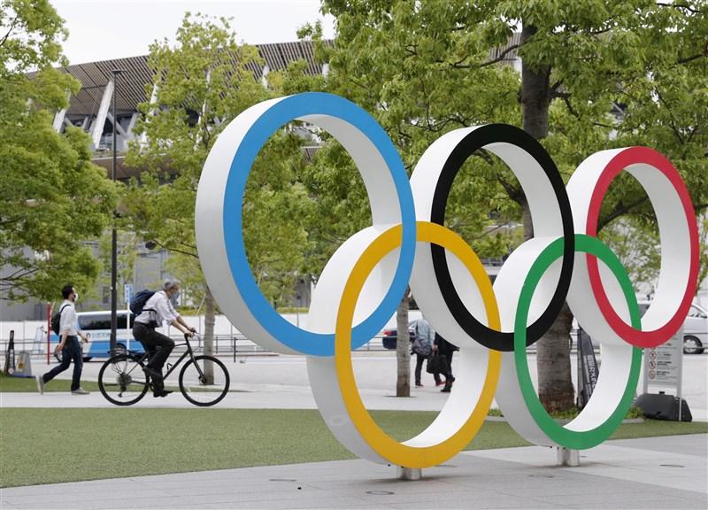 東奧組織委員會15日公布選手須知守則第3版,若選手頻繁進出鬧區或是拒絕受檢將受到制裁。除了罰金以外,甚至可能遭驅逐出境。圖為東奧主場館外的奧運標誌。(共同社)