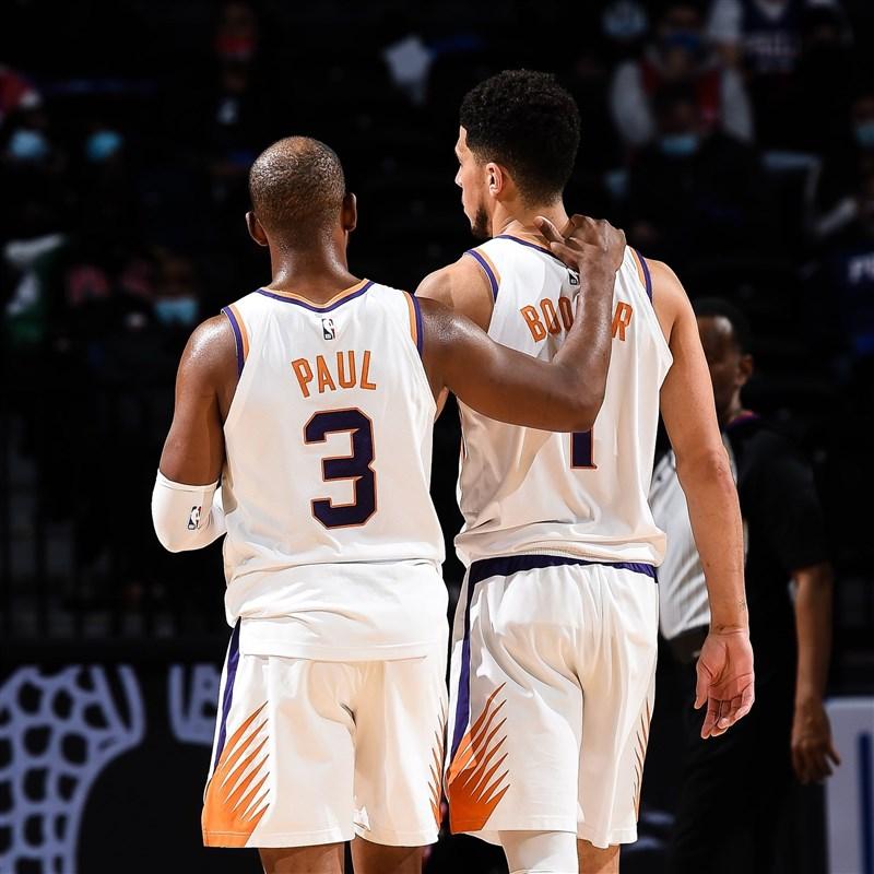 鳳凰城太陽13日擊敗丹佛金塊,在季後賽第2輪4勝0敗橫掃對手挺進西區決賽。太陽隊控衛保羅(左)拿下全場最高37分,賽後也一吐近年遭人看扁的怨氣。(圖取自twitter.com/Suns)