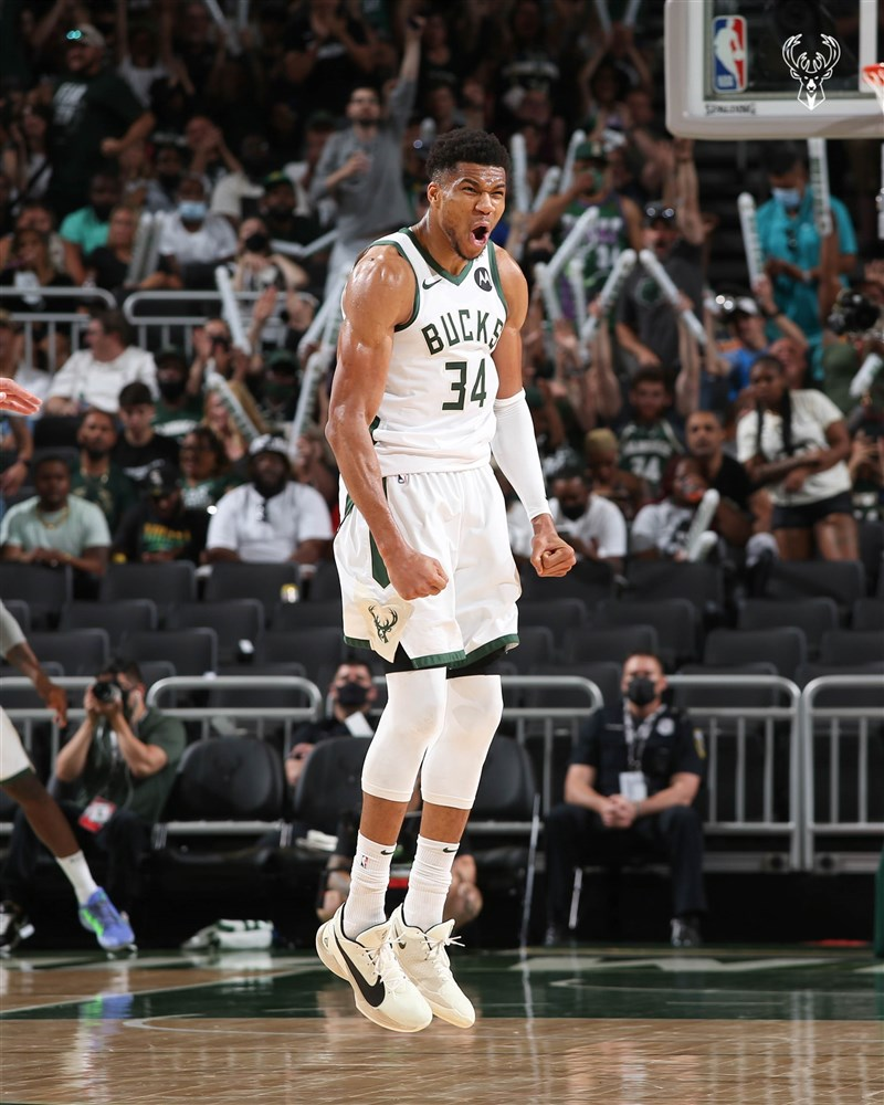 NBA密爾瓦基公鹿安特托昆博(圖)13日繳出34分、12籃板雙十表現,助球隊終場以107比96擊敗布魯克林籃網。(圖取自twitter.com/Bucks)