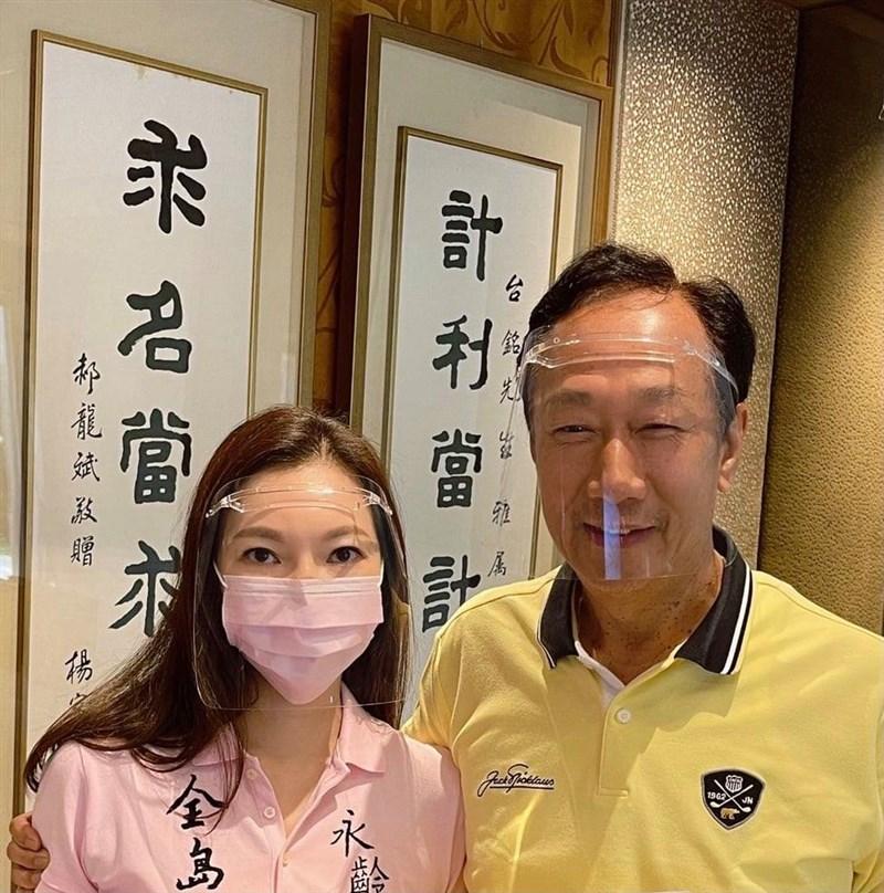 鴻海集團創辦人郭台銘(右)欲購買500萬劑BNT疫苗,指揮中心指揮官陳時中說,鴻海希望保留部分疫苗供員工使用,「我認為可討論。」(圖取自facebook.com/TerryGou1018)