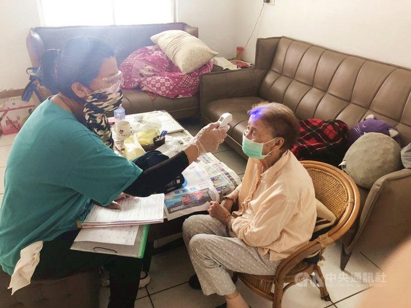 武漢肺炎(2019冠狀病毒疾病,COVID-19)疫情嚴峻,而對長照服務的「居家服務」因案主皆為需要陪伴的弱勢、獨居長輩,居服員仍須全副武裝,正常上工。居服員抵達個案家中後,會先為個案量測體溫。(門諾基金會提供)中央社記者張祈傳真 110年6月15日