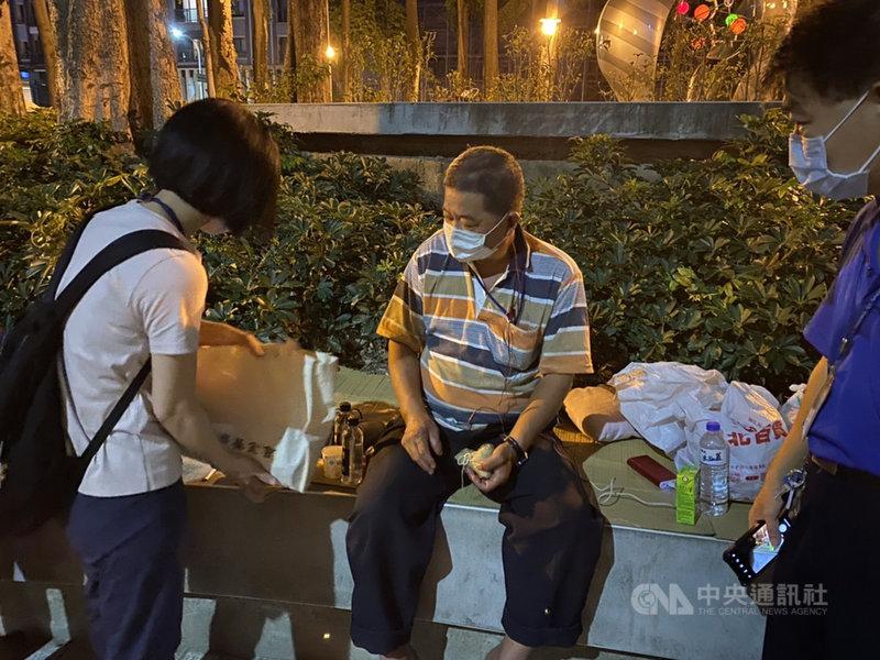 台中市社會局15日表示,5月起,社會局持續加強至街友聚集熱點發放防疫物資包,一週發放2到3次,每次採實聯制發放口罩、酒精等1週份生活物資,近期也連結慈濟和民間團體提供防疫物資包,存量可維持到9月。(台中市社會局提供)中央社記者趙麗妍傳真  110年6月15日