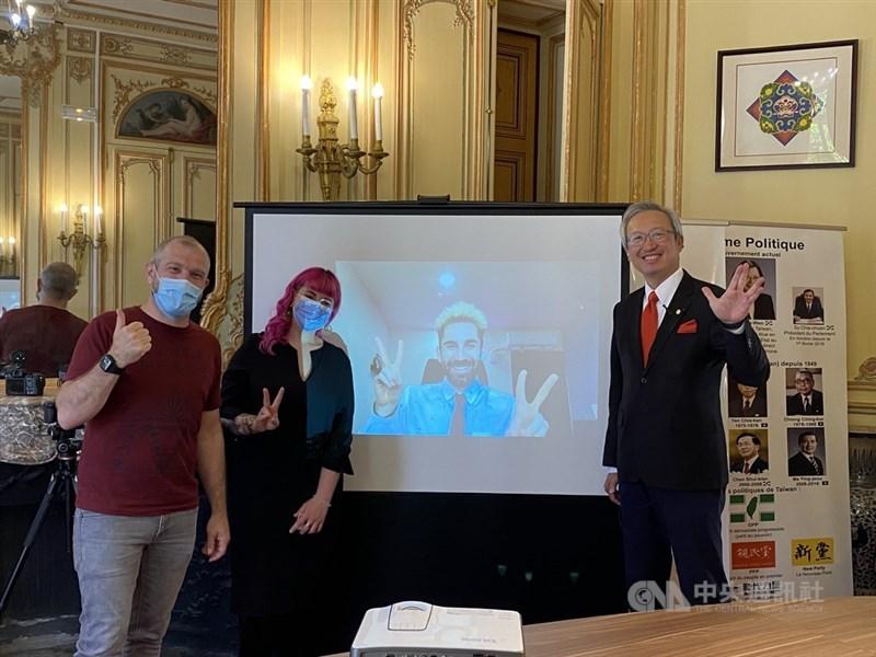 法國百萬YouTuber「酷」(螢幕上)選出勞洪(左1)與卡優(左2)為法國獲獎者,將分享新台幣50萬元獎金。兩人14日受獎,期待探索台灣,也希望透過自身協會舉辦的文化與電競活動讓更多法國人認識台灣。中央社記者曾婷瑄巴黎攝 110年6月15日