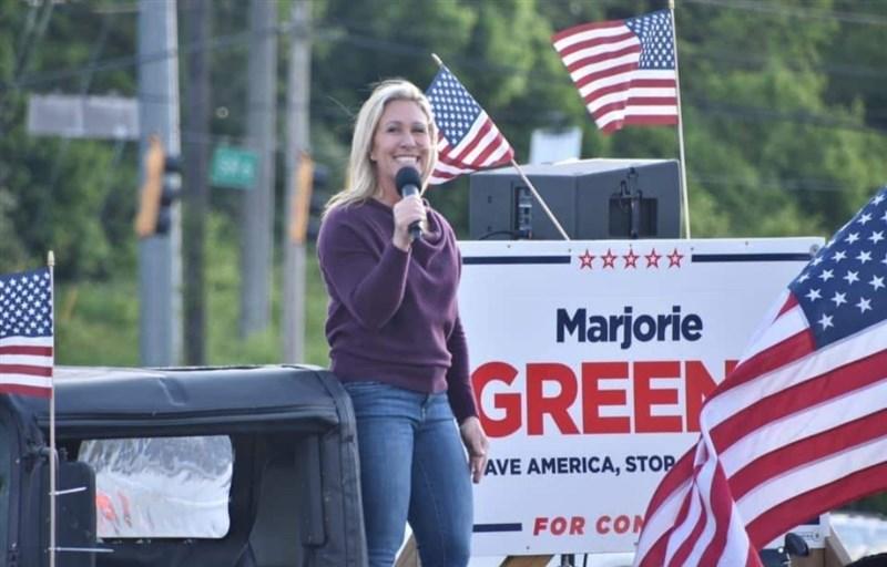 美國聯邦眾議員葛林14日為上個月的不當言辭公開道歉,說她不該把COVID-19防疫口罩與接種疫苗比作納粹大屠殺。(圖取自facebook.com/MarjorieTaylorGreene)
