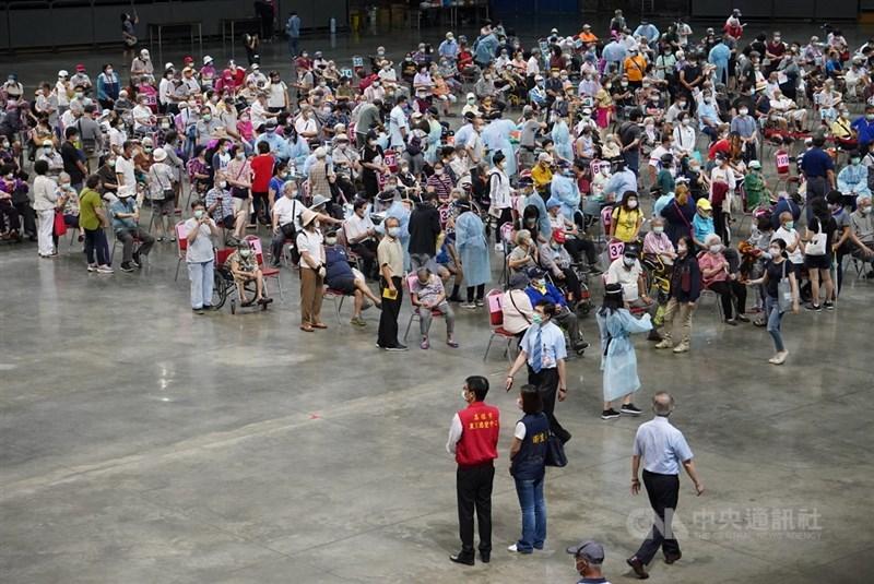 高雄市高齡長輩疫苗接種15日啟動,首波是87歲以上長者,漢神巨蛋體育館等56站同步施打,市長陳其邁(前左,紅背心者)到場關切流程及動線。中央社記者董俊志攝 110年6月15日
