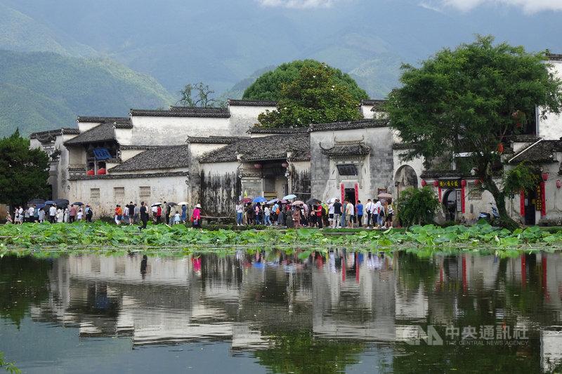 中國官方統計,在3天的端午連假中,中國國內出遊人次達8913.6萬人,恢復到疫情前同期的98.7%。圖為遊客於連假期間赴安徽黃山的宏村景區旅遊。(中新社提供)中央社 110年6月15日