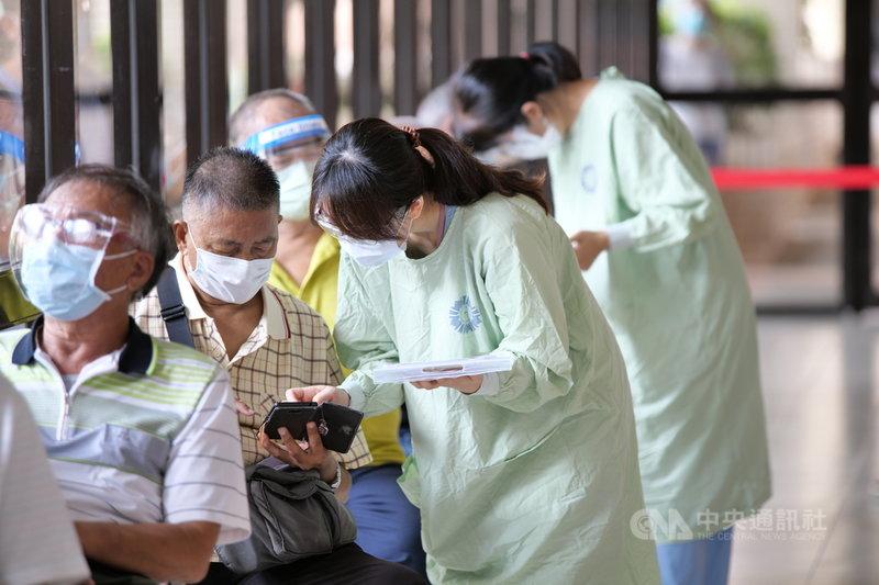 台中市15日開放85歲以上長者施打AZ疫苗,台中榮總採取日本「宇美町式」接種法,由醫護人員移動確認身分、評估施打。(台中榮總提供)中央社記者郝雪卿傳真 110年6月15日