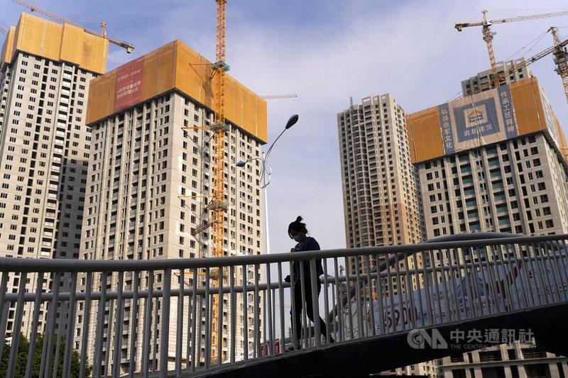 中國官方近期針對房地產稅召開的座談會,談到試點。分析認為,在立法困難下,官方可能先行擴大試點。圖為4月雲南昆明一座興建中的建案。(中新社提供)中央社  110年6月15日