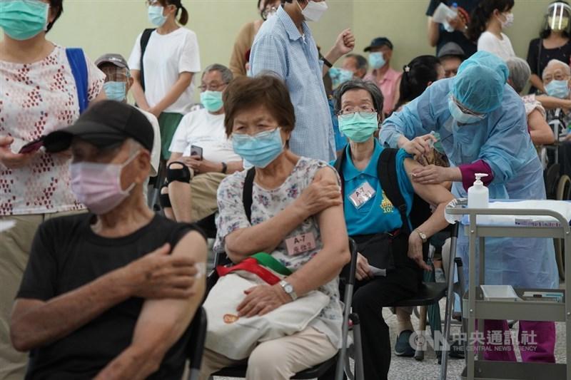 日本贈送的124萬劑AZ疫苗15日開放85歲以上長者施打。為加快施打速度,台北榮總採日本「宇美町」式施打法,以病人就坐不動、醫護動的方式,分3個注射區共14線同步接種。長輩們打完疫苗後在原位按壓手臂休息。中央社記者徐肇昌攝 110年6月15日