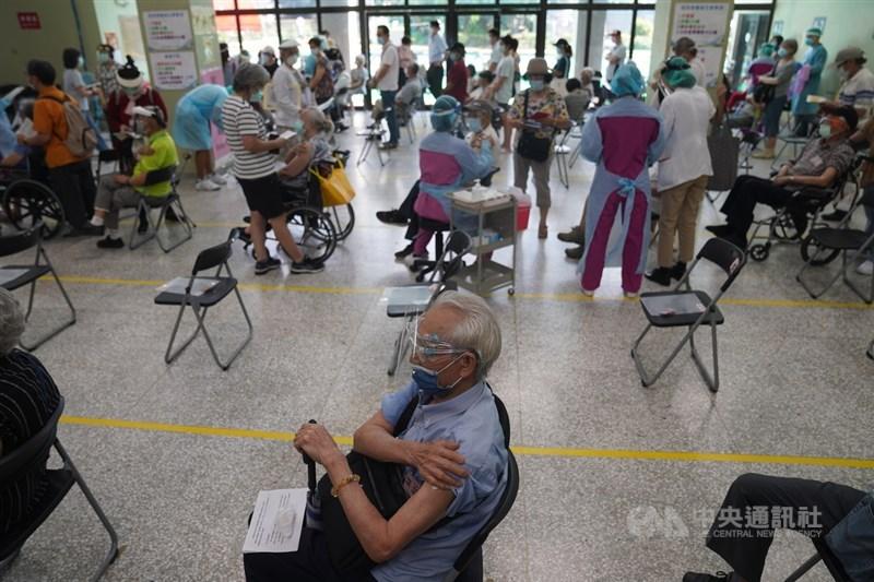 日本贈送的124萬劑AZ疫苗15日開放85歲以上長者施打。為了加快施打速度,台北榮總仿效日本「宇美町式」接種法,幫長者施打疫苗。中央社記者徐肇昌攝 110年6月15日