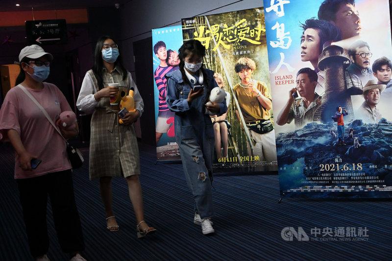 中國端午檔期電影票房約人民幣4.6億元(約新台幣19.8億),和市場預估的10億元差距不小,更是近年最低。圖為14日,在呼和浩特市一家影院內的觀影民眾。(中新社提供)中央社 110年6月15日