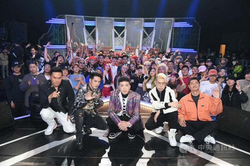 台灣首檔嘻哈選秀節目「大嘻哈時代」由歌手J.Sheon(前中)主持,大支(前左起)、熊仔、Leo王(前右起)、剃刀蔣擔任導師,節目日前首播,網友對選手臨場表現、導師評選標準和音效畫面呈現等,產生正反兩面論戰,仍一致對節目製作的用心給予肯定。(MTV提供)中央社記者葉冠吟傳真  110年6月15日