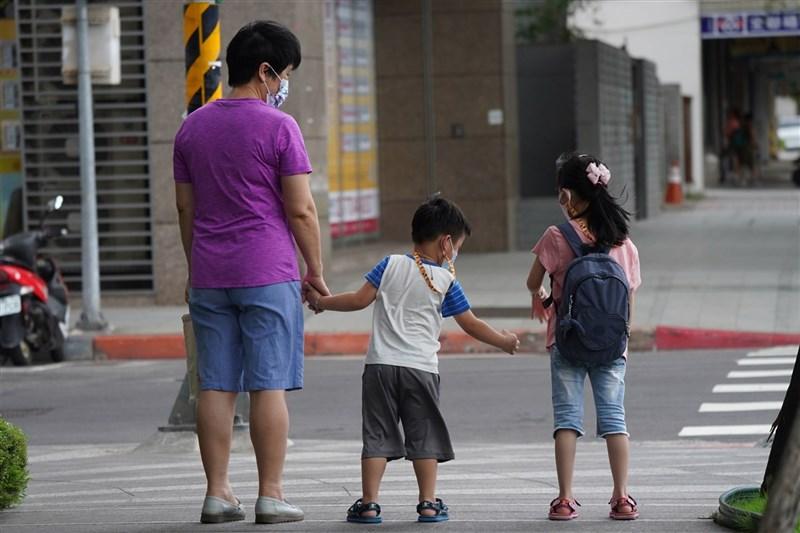 行政院推「孩童家庭防疫補貼」補助國小以下孩童及國高中身心障礙生每人新台幣一萬元,15日上午10時先開放網路申請。(中央社檔案照片)
