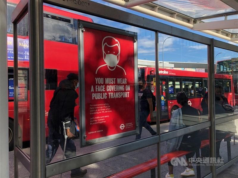 因Delta變異株確診率暴增,英國宣布防疫解封日期將延後一個月。圖為英國公車站防疫標語。(中央社檔案照片)