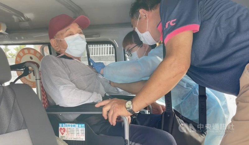 苗栗縣85歲以上長輩15日起開始施打AZ疫苗,苗栗市有103歲人瑞搭長照專車前往衛生所接種,醫護人員貼心提供免下車服務。(民眾提供)中央社記者管瑞平傳真 110年6月15日