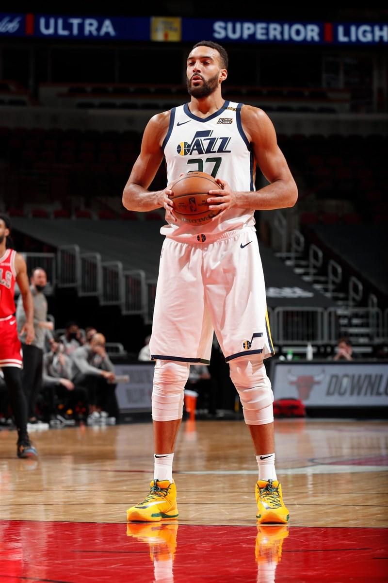 NBA14日公布年度最佳防守陣容,猶他爵士的戈貝爾(圖)以全票入選第1隊。(圖取自twitter.com/rudygobert27)