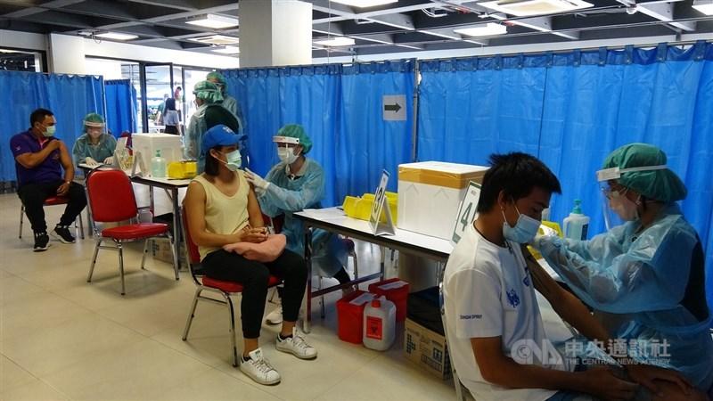 泰國7日開始啟動全國大規模2019冠狀病毒疾病疫苗施打計畫,曼谷施行一週後卻傳出疫苗不夠的問題。圖為7日在曼谷華馬室內體育場的接種情況。中央社記者呂欣憓曼谷攝 110年6月14日