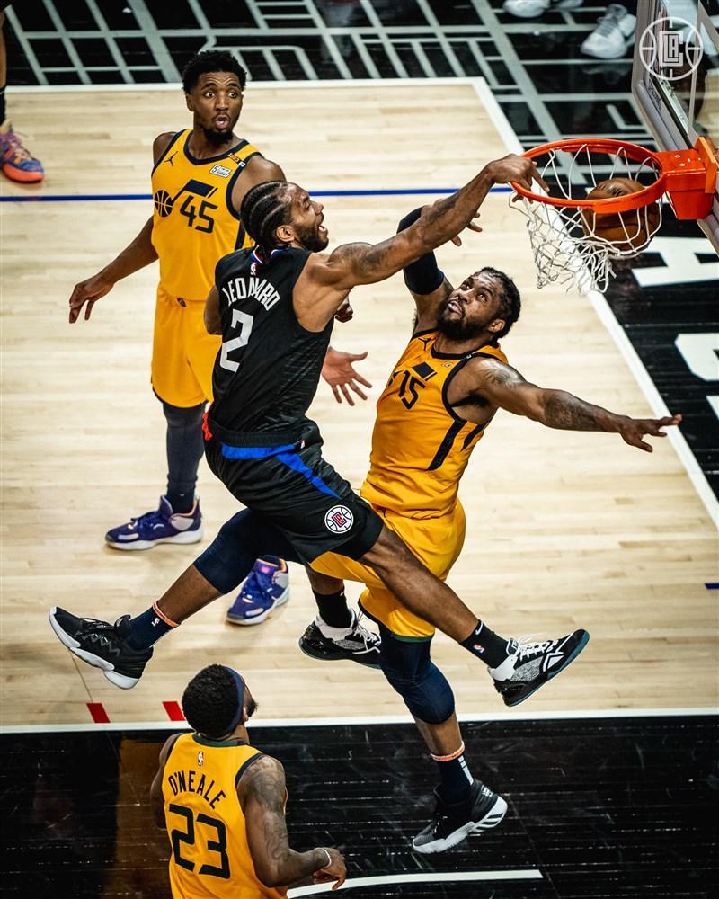 NBA快艇14日在雷納德(後中)攻下31分下,以118比104擊敗爵士。(圖取自twitter.com/LAClippers)