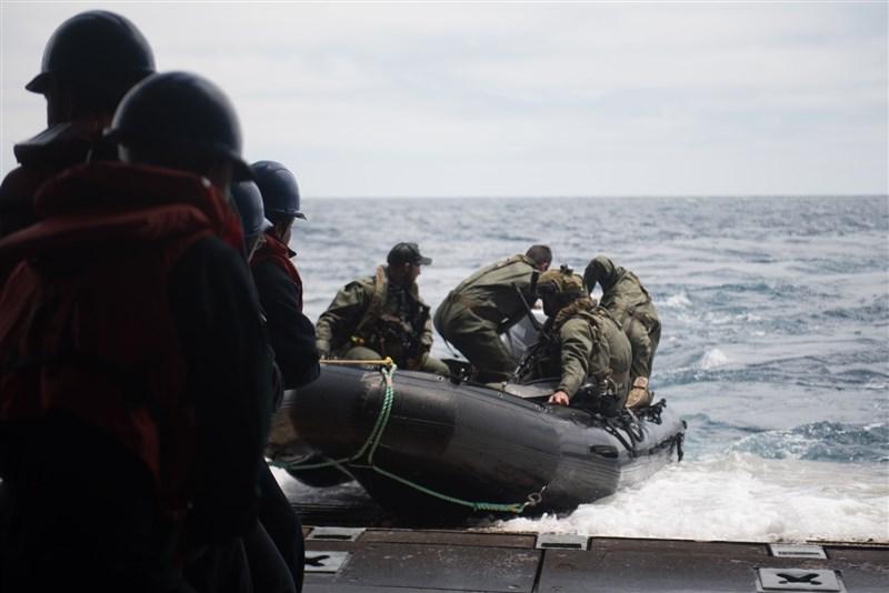 中國軍事介入印太地區規模擴大,澳洲國防部撥出澳幣1億7500萬元(約新台幣37億3000萬元),資助巴布亞紐幾內亞重建海軍基地。圖為澳洲海軍演練情形。(圖取自facebook.com/RoyalAustralianNavy)