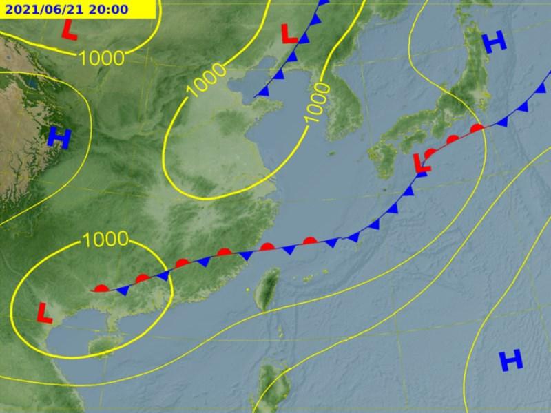 氣象專家吳德榮表示,預估20日至24日梅雨滯留鋒將重返台灣附近徘徊,帶來大量降雨。圖為21日滯留鋒位置預測圖。(圖取自中央氣象局網頁www.cwb.gov.tw)