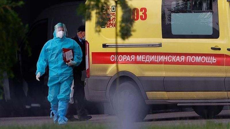俄羅斯15日通報新增1萬4185個確診病例,逼近數月來的全國高點,其中6805例在莫斯科,讓克里姆林宮對疫苗接種進度遲緩很不滿意。圖為醫護人員12日在莫斯科執勤。(安納度魯新聞社)