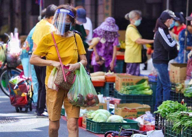 台北市長柯文哲16日說,疫情慢慢控制下來了,預期再1、2週單日確診數就會降至10例以下。圖為13日民眾戴護目鏡、口罩前往市場採買,做好自身相關防疫工作。(中央社檔案照片)