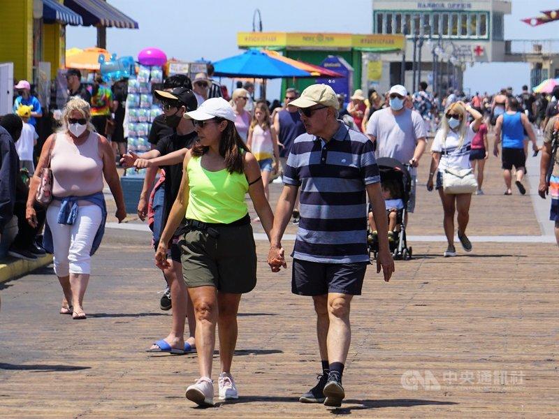 美國加州在6月15日宣布全面重啟,解除各項防疫警戒,觀光景點聖塔蒙尼加碼頭,遊客脫下口罩,但仍有部分遊客習慣戴口罩。中央社記者林宏翰洛杉磯攝 110年6月16日