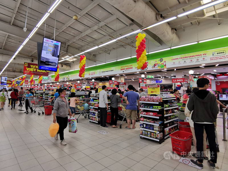 越南官方預估越南2021年上半年經濟成長率5.8%,略低於6.22%的預期目標。不過零售與服務業營收大幅成長7.1%,屬正面現象。圖為大賣場裡的越南消費者。中央社記者陳家倫河內攝  110年6月16日