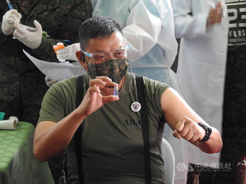 菲律賓至今收到1270萬5870劑COVID-19疫苗,其中750萬劑為中國科興疫苗,約占疫苗總數的59%。圖為菲國陸軍將領3月2日接種科興疫苗時,展示手中的疫苗。中央社記者陳妍君馬尼拉攝 110年6月16日