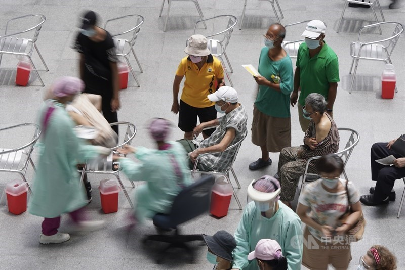 武漢肺炎疫情升溫,疫苗是阻絕傳播重要武器,日本捐贈的124萬劑AZ疫苗15日起全台開打,醫院為快速接種,效仿日本「宇美町式」,接種者拉開距離坐好,由醫護人員坐在有輪子的辦公椅移動。中央社記者徐肇昌攝 110年6月15日