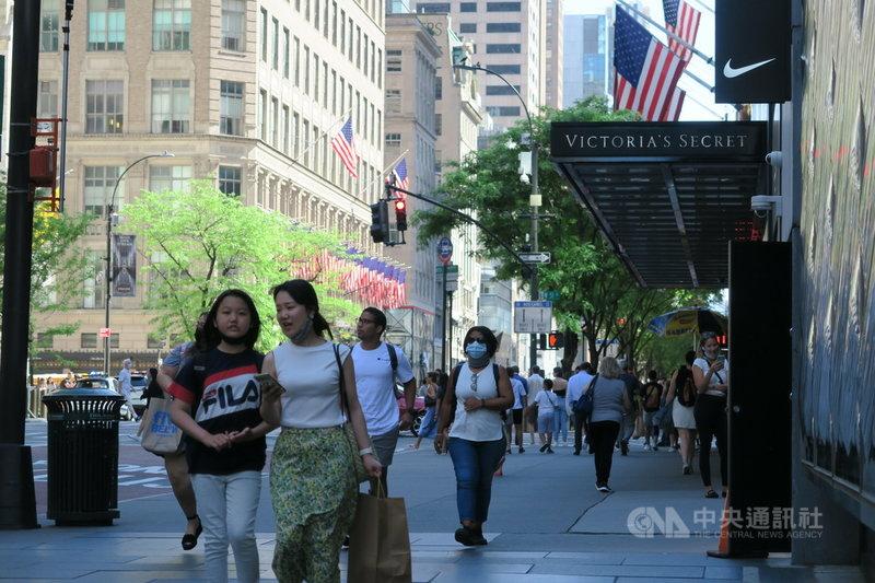 隨著疫苗接種率提升,紐約市2019冠狀病毒疾病疫情降溫,名店雲集的曼哈頓第五大道人潮逐漸回流。中央社記者尹俊傑紐約攝 110年6月16日