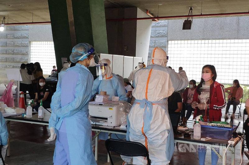 台南市政府結合各醫院資源進駐南科園區設置大型篩檢站,預計16日完成園區所有移工篩檢作業。中央社記者楊思瑞攝 110年6月16日