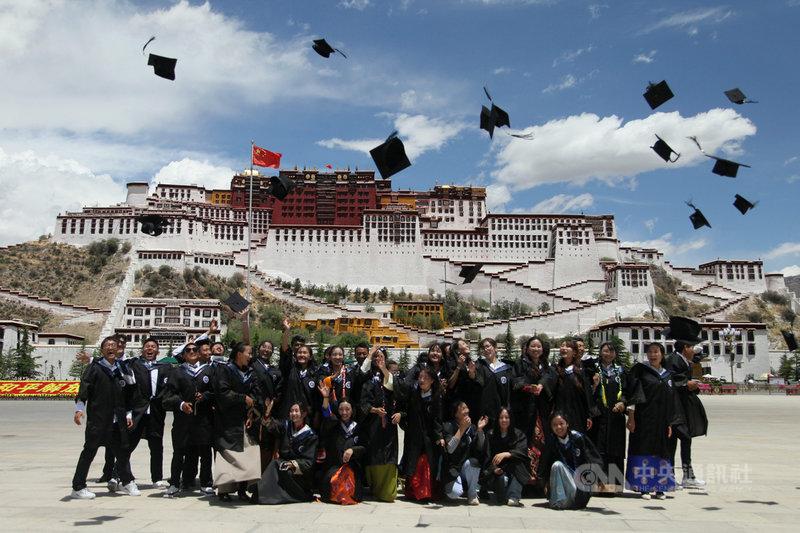 中國國家統計局發言人傅凌暉16日說,中國就業狀況整體改善,但大學畢業生就業難,和企業難招工的問題並存。圖為6月一群畢業生在西藏拉薩的布達拉宮前合影。(中新社提供)中央社  110年6月16日
